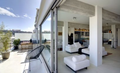 Pillantsunk be egy pazarul kialakított modern görögországi lakásba