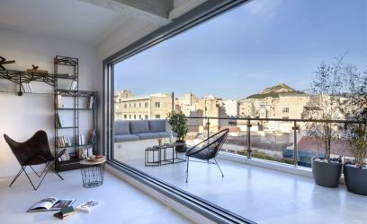 Bámulatos kilátás nyílik az Akropoliszra ennek az athéni lakásnak a teraszáról